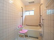 個別浴槽でお一人ずつゆっくりと入浴していただけます。又、冬には浴室暖房で温度差による身体的負担がかからないように配慮しています。